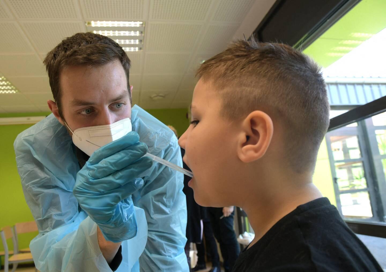 Le test salivaire qui sera pratiqué aux enfants est moins invasif que les tests PCR ou antigéniques