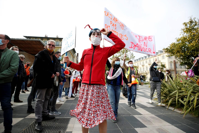 Une centaine de manifestants se sont rassemblés au pied du Théâtre national de Nice.