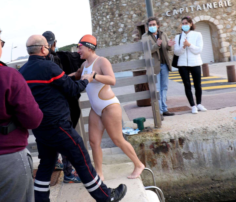C'est accompagnée de ses frères qu'Océane Frappa est entrée dans le port de Saint-Tropez peu après 16 h 30 ce vendredi.