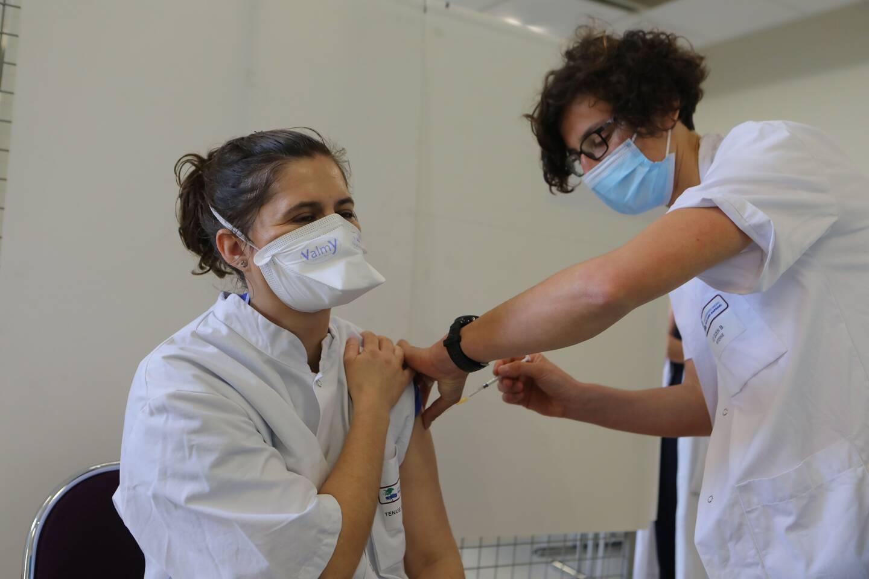 L'hôpital Bonnet de Fréjus utilise les vaccins Pfizer et AstraZeneca pour vacciner le personnel soignant.