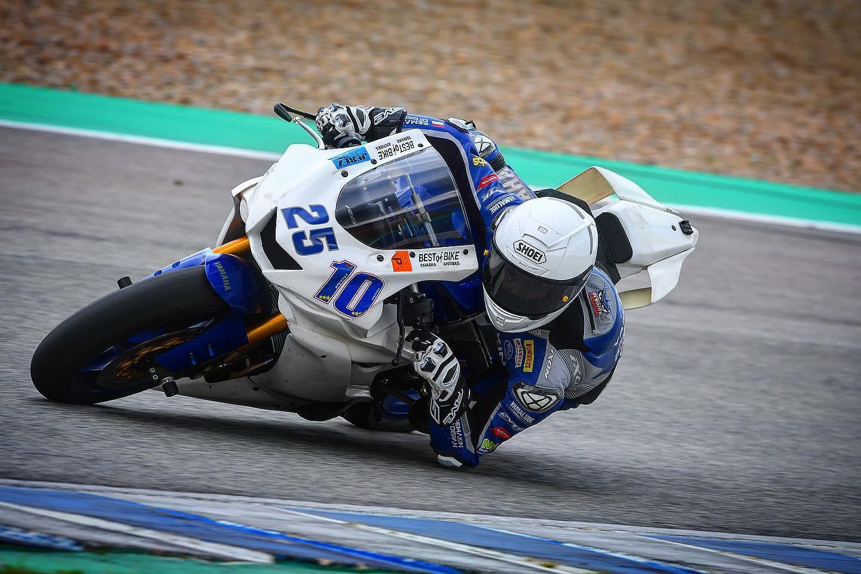 Andy Verdoïa vient d'enchaîner trois séances d'essais au guidon de sa Yamaha R6 d'entraînement.