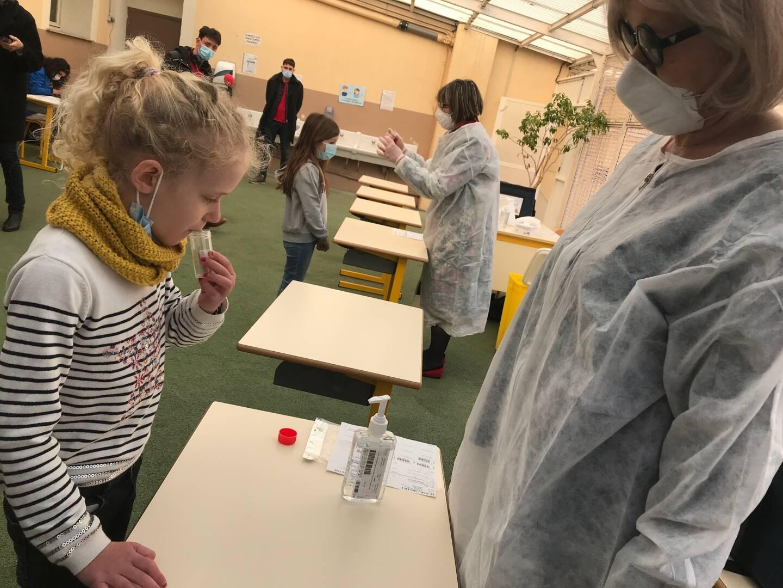 La campagne de tests salivaires a débuté ce matin dans les écoles, ici la Mantega à Nice.