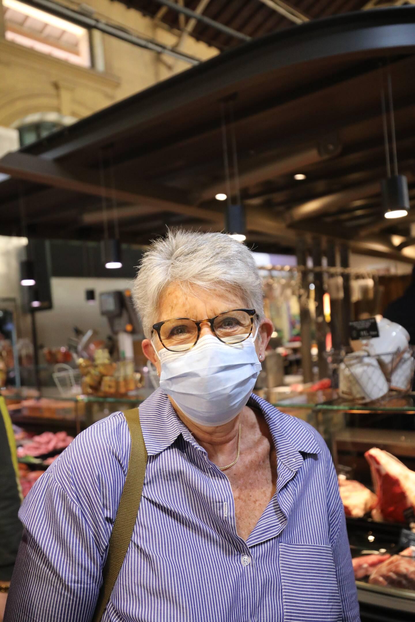 Cliente régulière, Monique Gauthier se rend au marché pour les légumes, les fruits et la viande.