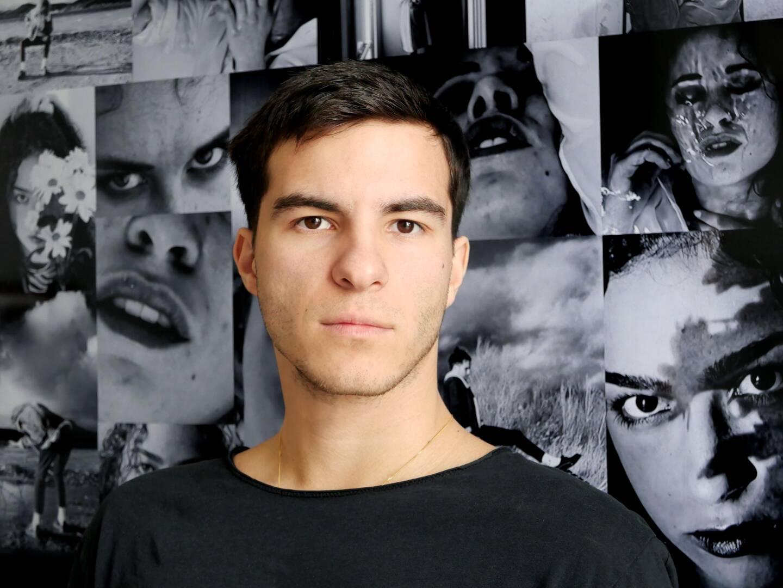 Hugo Bouteyre devant les portraits de ses camarades de promotion qu'il photographie depuis la sortie du confinement. La photo est devenue, pour lui,.