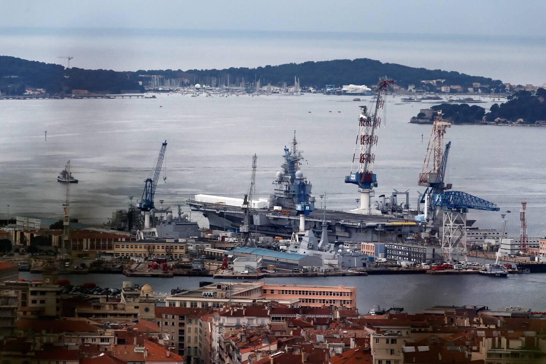 Le porte-avionsdans les bassins Vauban lors de son dernier arrêt technique majeur en 2017-2018.
