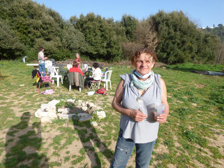 Michèle, une voisine, «venue voir». Et participer.