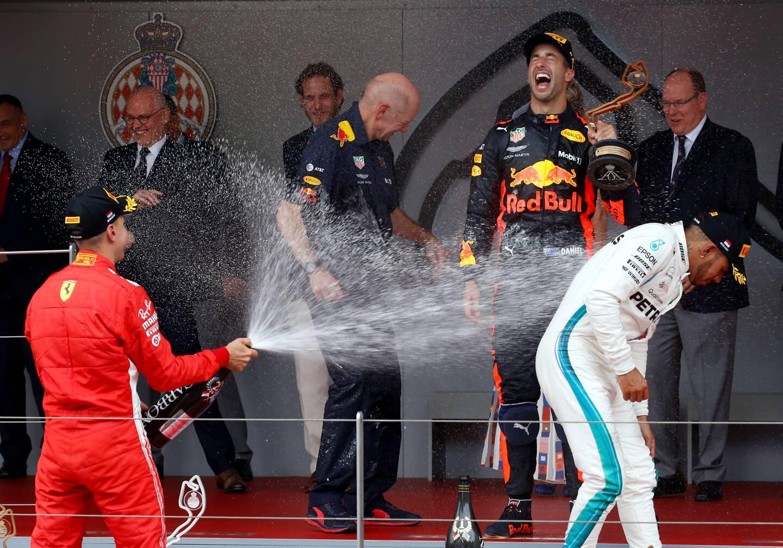 En F1, c'est la douche de la victoire !