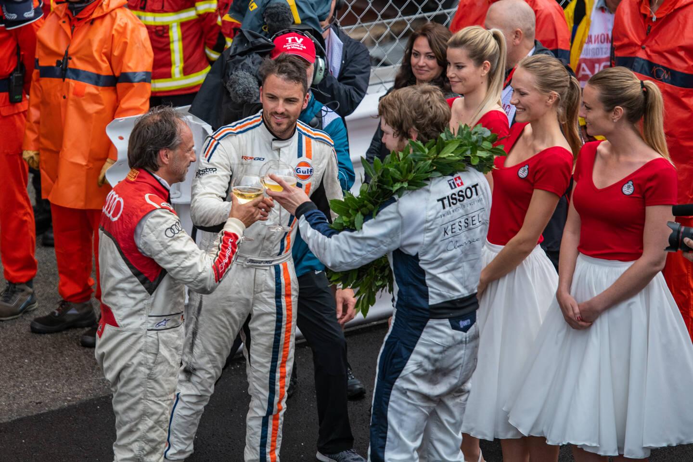 Au Grand Prix Historique, on savoure parfois le champagne dans une bonne vieille coupe.