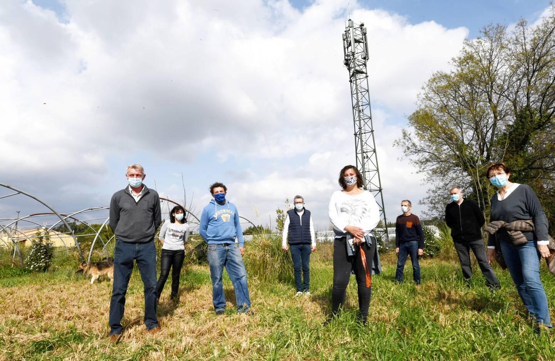Les riverains des terrains situés autour du pylône avec l'antenne 5G ont choisi la provocation pour alerter le grand public sur la facilité avec laquelle les opérateurs sont autorisés à implanter leurs installations.