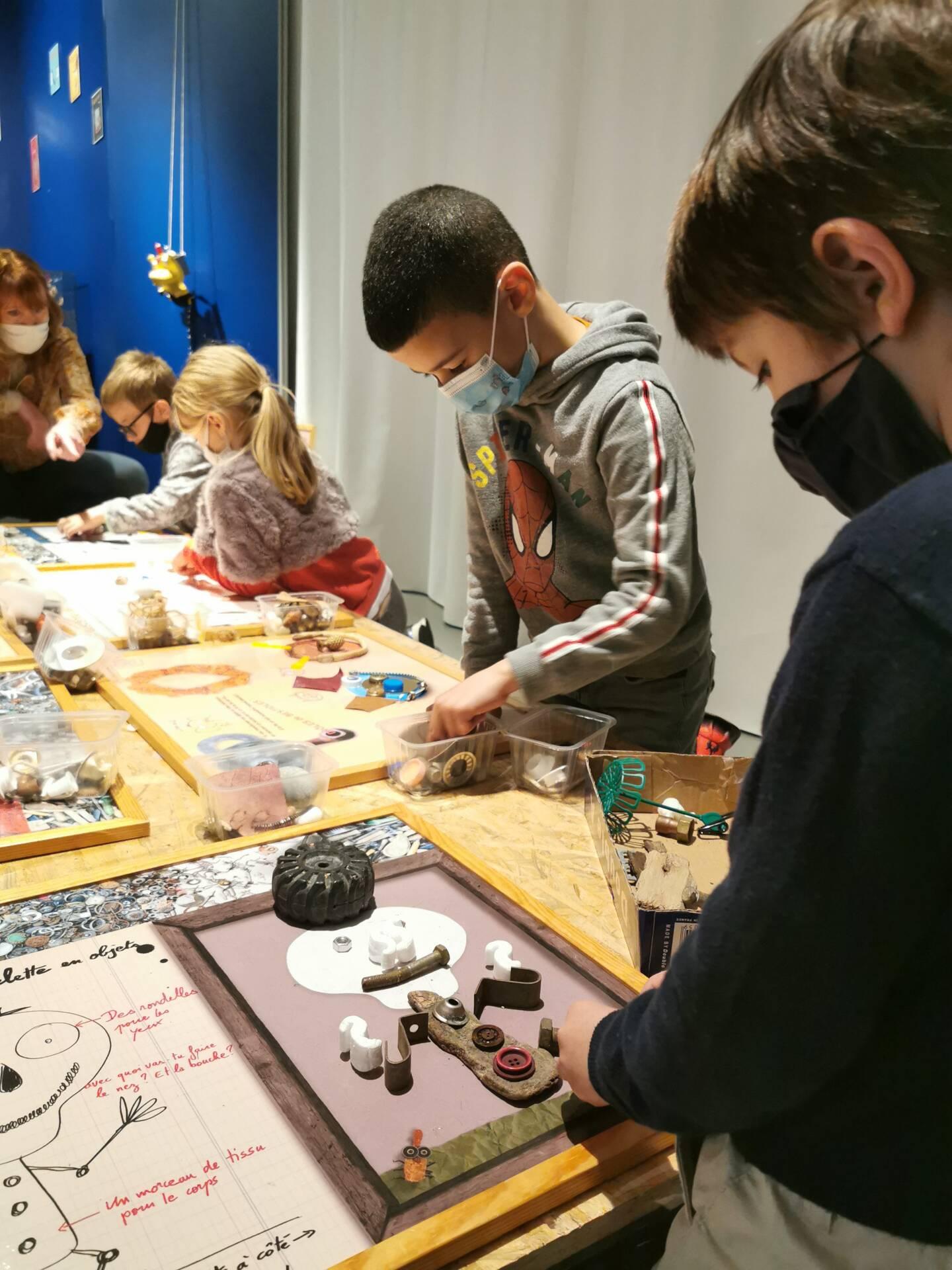 """Dans le coin """"atelier d'artistes"""", les écoliers (CP de Saint-Exupéry) ont mis leurs pas dans ceux de Christian Voltz, guidés par leurs enseignantes et Valérie Peschard, de la villa Saint-Hilaire. Une réussite."""