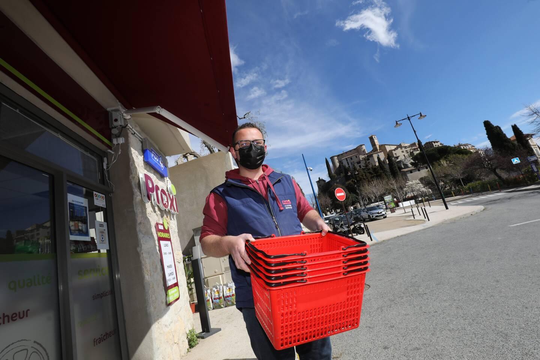 Cyril Costa a repris le petit magasin qui accueille de nouveau ses clients depuis deux mois.