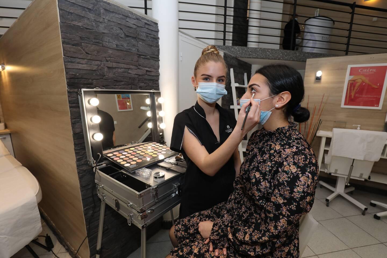Aude Périgaud est devenue en février Meilleure apprentie de France en esthétique. Le sujet du concours : le corail rouge qui lui a servi de thème de maquillage sur son modèle Inès Talon, une amie de l'école Élégance académies où elle étudie depuis la seconde.