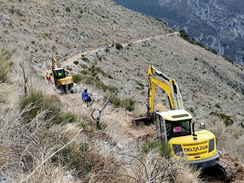 Les bénévoles ont travaillé tout un week-end pour refaire les 2,5 kilomètres de piste d'accès au domicile de Pierre et Josiane.