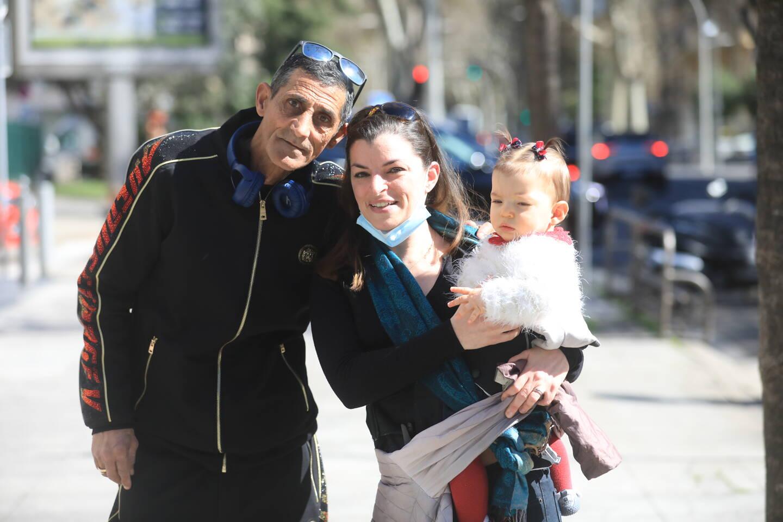 Jojo, Prescillia et son bébé, hier,  Nice. La boulangère de la rue Arson tenait  à remercier celui qui a rattrapé le voleur de son portable.