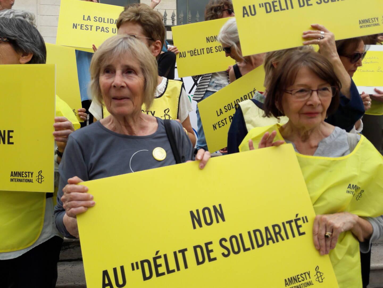 Cathie Lipszyc (à gauche) au côté des militants d'Amnesty International.