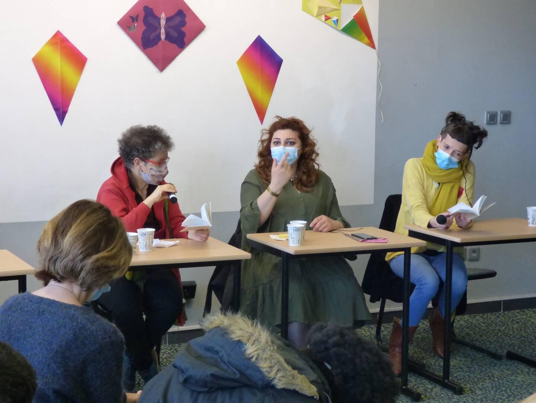Salpy Baghdassarian (en vert) et sa traductrice Souad Labbize (en rouge). (Photo Laurent Quilici)
