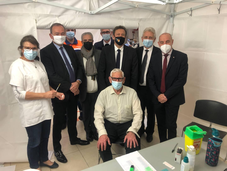 Entouré de quatre maires des communes de MPM, le préfet (2e à g.) a pu assister à la 1000e vaccination du centre londais.