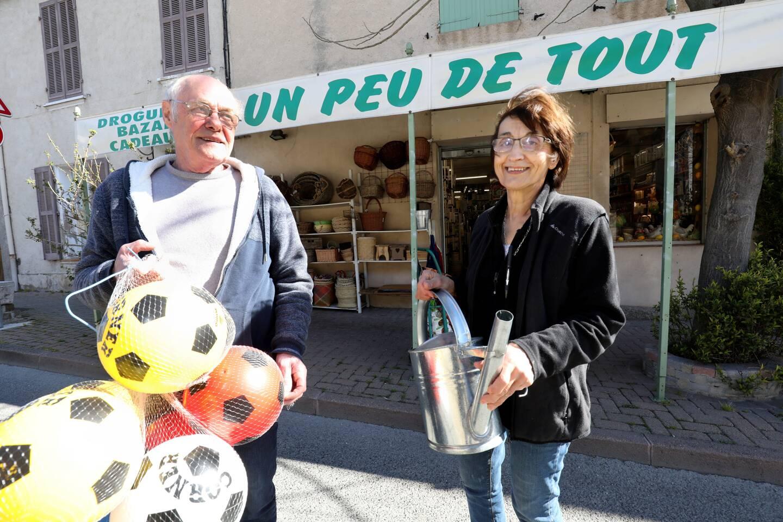 """La semaine dernière, le maire Laurent Giubergia a adressé un joli bouquet et un mot de remerciements à cette commerçante """"historique""""."""