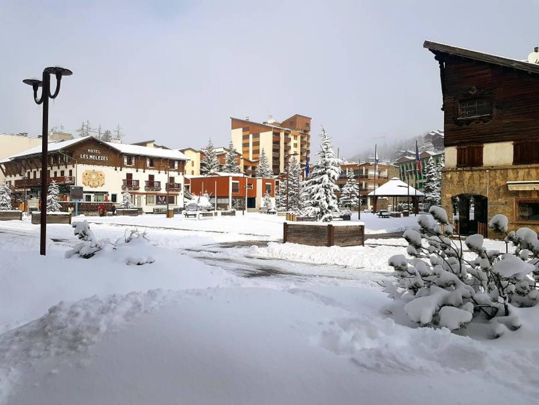 La place centrale de Valberg enneigée mais déserte.