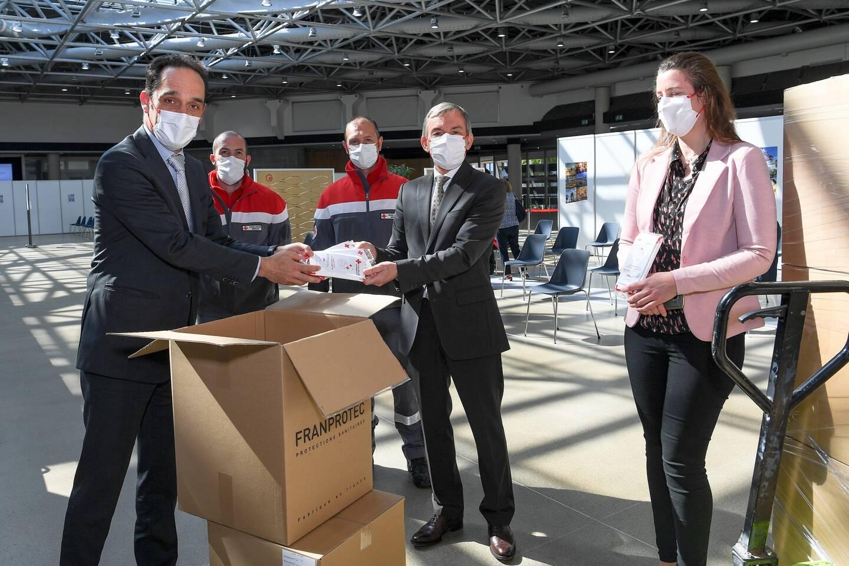 Près de 100.000 masques blancs et rouges ont déjà été distribués.