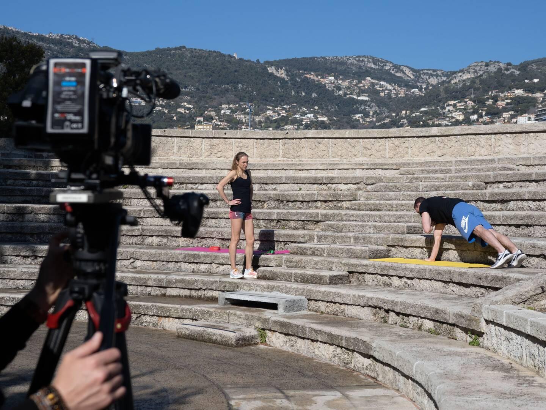 Accompagnée par le gymnaste Kevin Crovetto, Paula Radcliffe a enregistré la première vidéo, en plein air au Fort Antoine (Photo Eric Mathon/Palais princier).