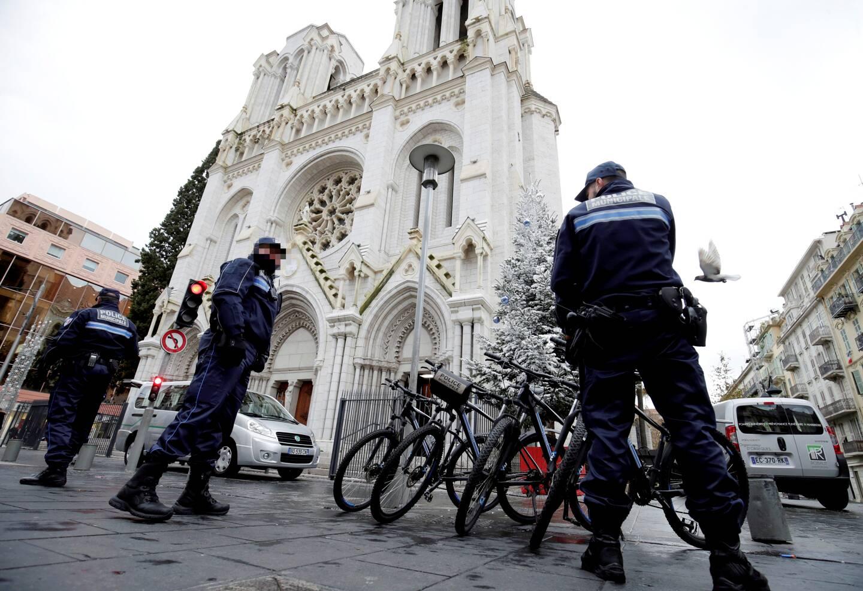 Des policiers devant la basilique Notre-Dame, avenue Jean-Médecin.