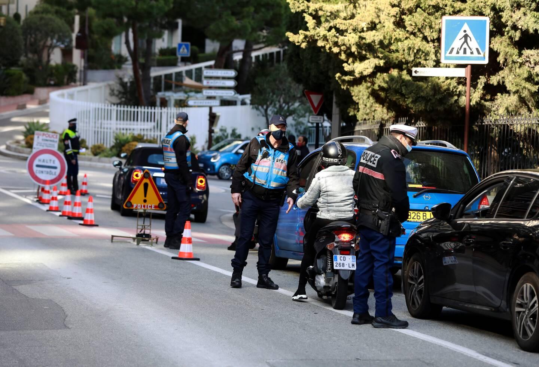 Contrôles à la frontière entre Monaco et la France en ce premier jour de re-confinement sur le territoire français.