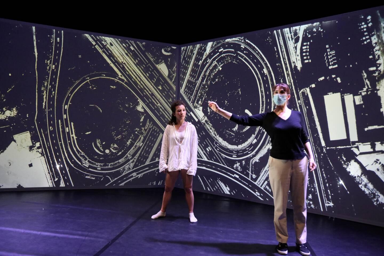 La danseuse Malou Bonvissuto donne vie à une Malou adolescente dans une chorégraphie de Lisie Philip.