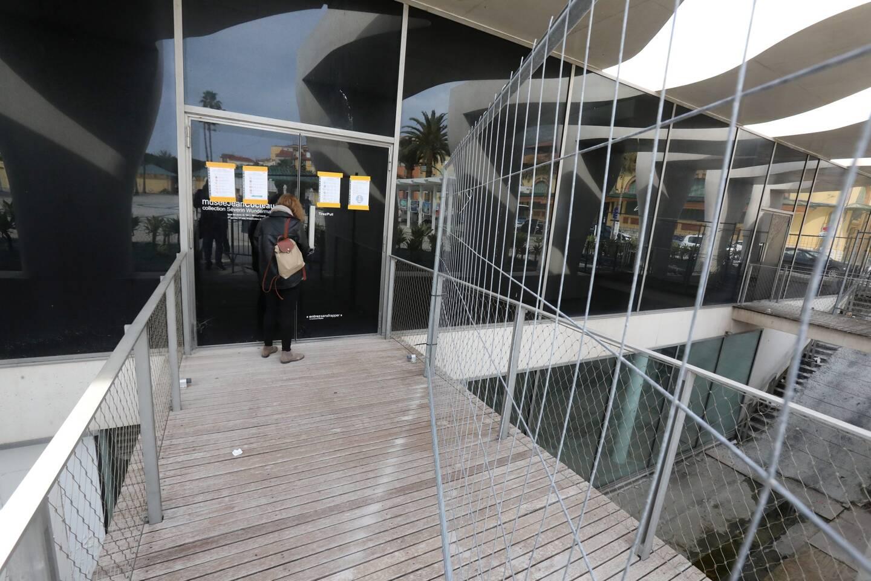 L'accès à la porte close du musée, face au parvis, reste barré par des grilles de chantier.