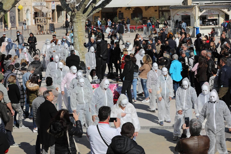 Plus d'une centaine de personnes se sont amassés sur les Allées de Cannes, ce dimanche après-midi, en soutien aux manifestants. (Photo Eric Ottino)