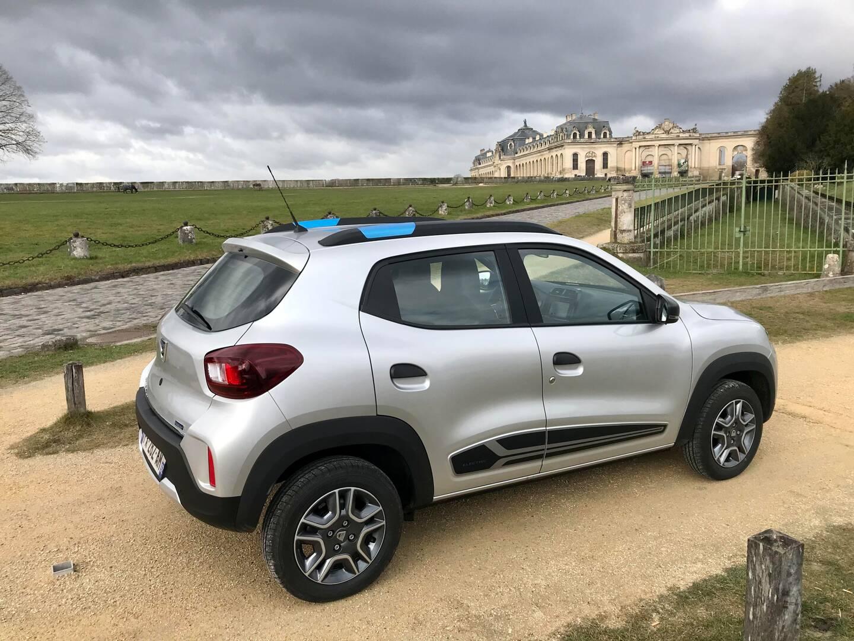 Grâce à son poids contenu, la petite Dacia affiche une autonomie très correcte d'environ 200 km.