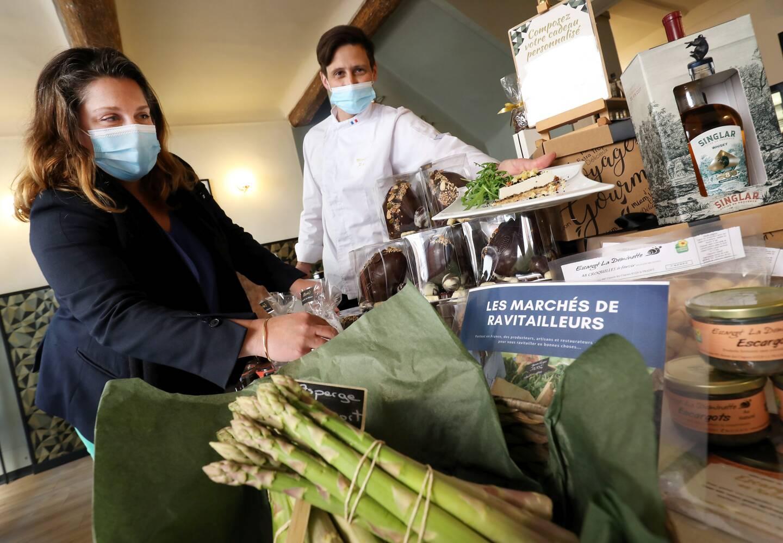 Laurence et Patrick Pe ont lancé une épicerie fine de produits locaux entre les murs du Mariu's, leur restaurant raphaëlois, toujours dans l'attente d'une réouverture.