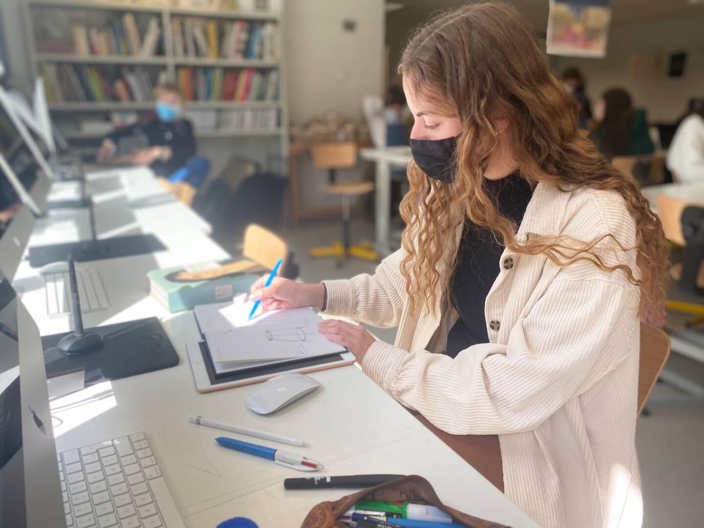 Madjouline, 18 ans, est inscrite dans la seule classe de prépa. Pour elle, rien de changé: l'établissement est suffisamment grand pour que toute sa promo soit en présentiel, dans trois classes différentes.