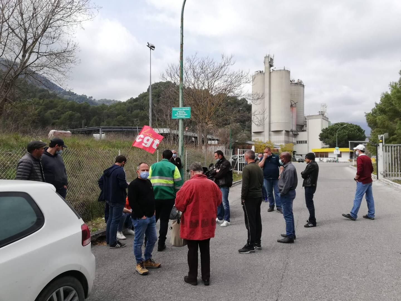 Des salariés grévistes, hier, devant le site de l'usine Lafarge de Contes.