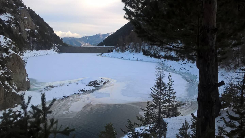 L'idée du Département serait d'installer un téléphérique entre Saint-Dalmas de Tende et Castérino avec une station au lac des Mesches).