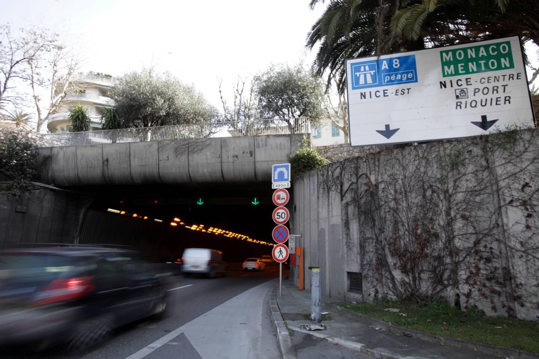 Vers minuit, une voiture a percuté le bardage du tunnel, dans le sens Ouest-Est, au niveau de la sortie de Cimiez.