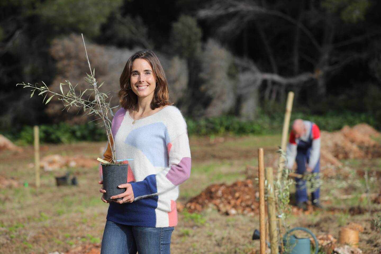 Alizé Cornet, le mois dernier, s'est engagée dans la plantation d'arbres sur l'île de Saint-Honorat.  [Photo Sébastien Botella]