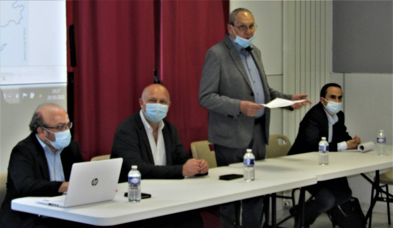 Les élus (ici Hervé Philibert, président de la CCPV, Guy Partage, vice président chargé de la jeunesse), soutenus par Kamel Rarrbo, sociologue, et Laurent Escabias, responsable du pôle petite enfance et jeunesse de la CCPV, ont animé les débats.