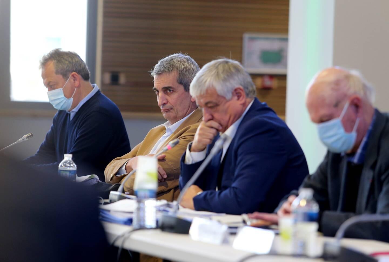 Alain Decanis (maire de Saint-Maximin, veste beige) et Didier Brémond (à sa gauche), ont échangé sur la place des communes au sein de l'agglomération.