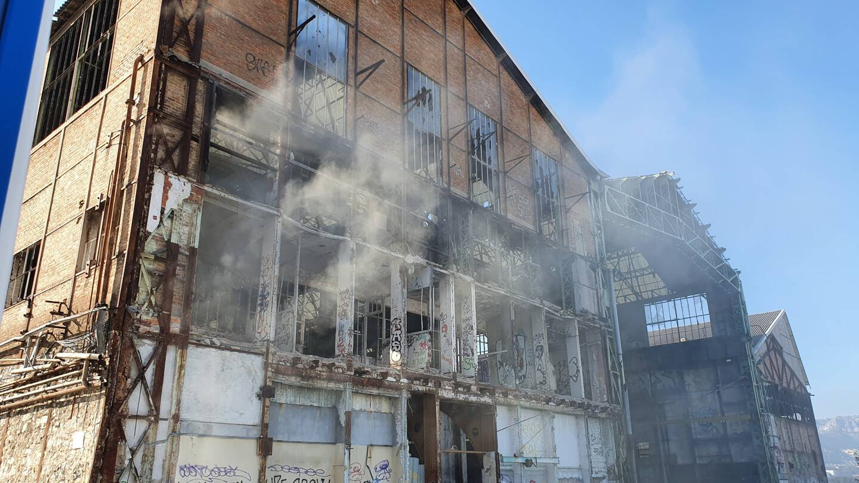 Un panache de fumée blanche s'est dégagé, peu après 17h ce lundi, des entrailles de la structure. (Photo R.G.)