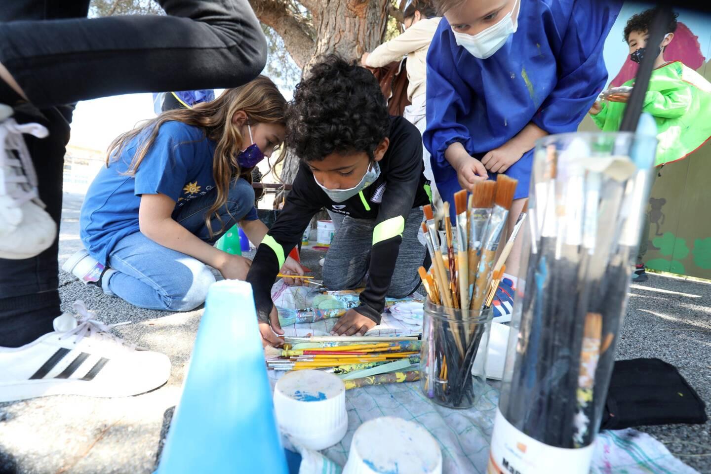 Les enfants sont enchantés de mettre leur créativité au service d'une belle fresque longue de 35mètres, dans la cour et visible du portail d'entrée.