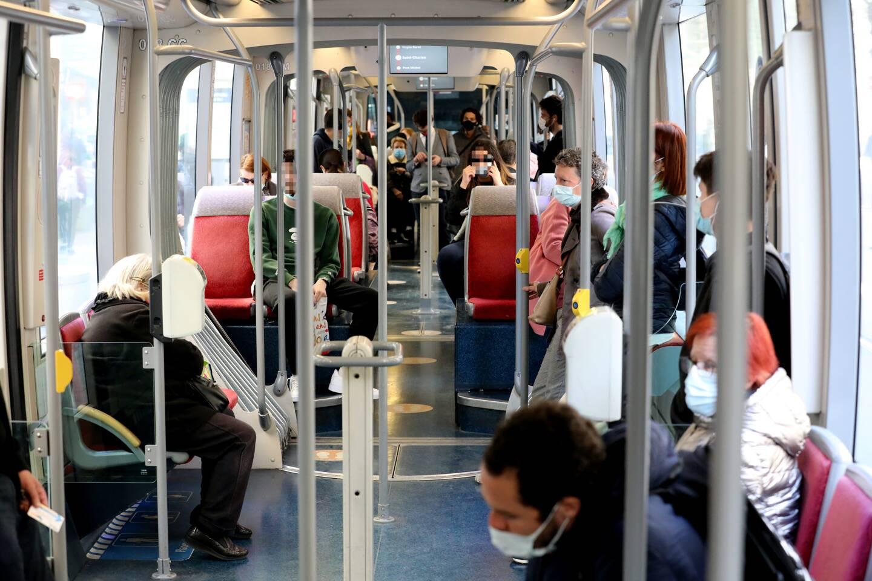 Difficile parfois de respecter la distanciation dans le tramway aux heures d'affluence.