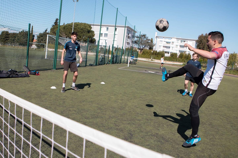 Sur une surface de la taille d'un terrain de volley-ball (un carré de 9m sur 9m de part et d'autre du filet), les joueurs doivent marquer des points comme au tennis.