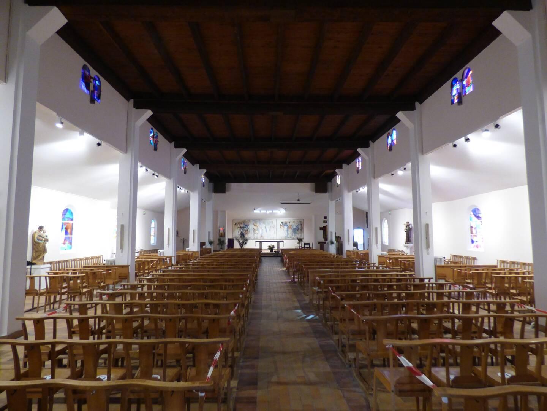 Tout l'intérieur de l'église de la Sainte-Famille est plus lumineux depuis qu'il a été repeint en blanc après réparation des infiltrations par la toiture.