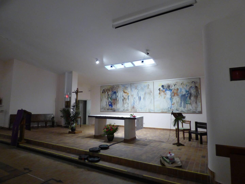 La peinture blanche remet en valeur la fresque du fond du chœur.