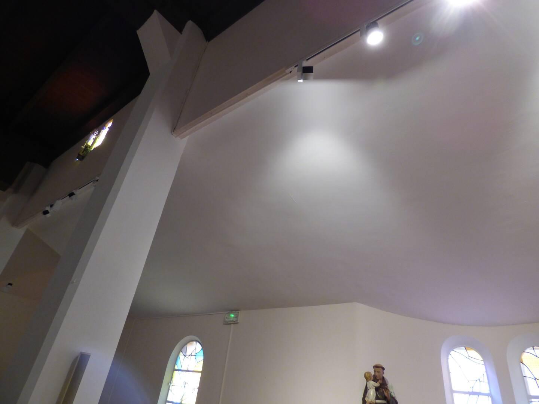 Le plafond refait à un endroit où une infiltration d'eau a été supprimée.