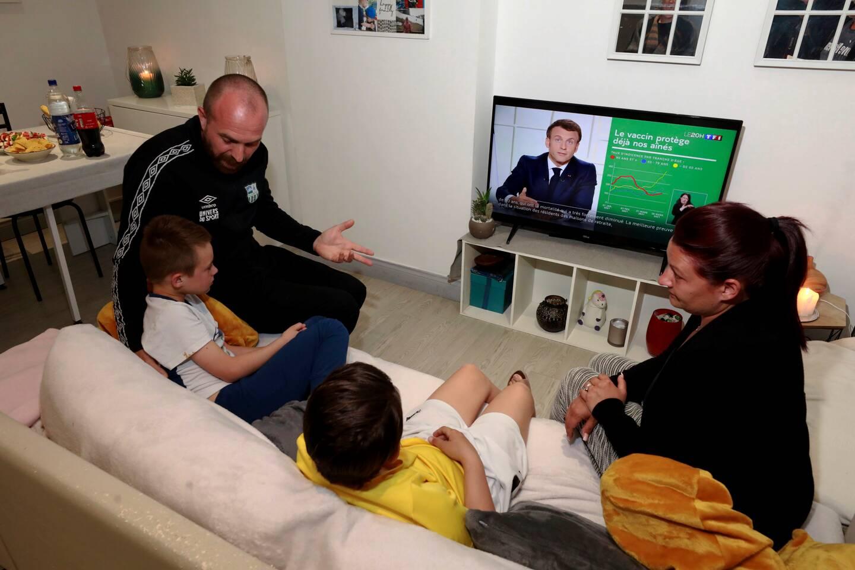 """A Contes, pour la famille réunie devant la télévision, l'annonce d'Emmanuel Macron arrive """"si tard"""" qu'elle en devient """"violente"""""""