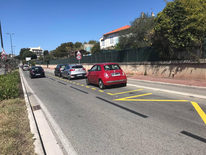 Des véhicules du personnel hospitalier commencent déjà à stationner sur les places réservées sur le Boulevard Paillassou.