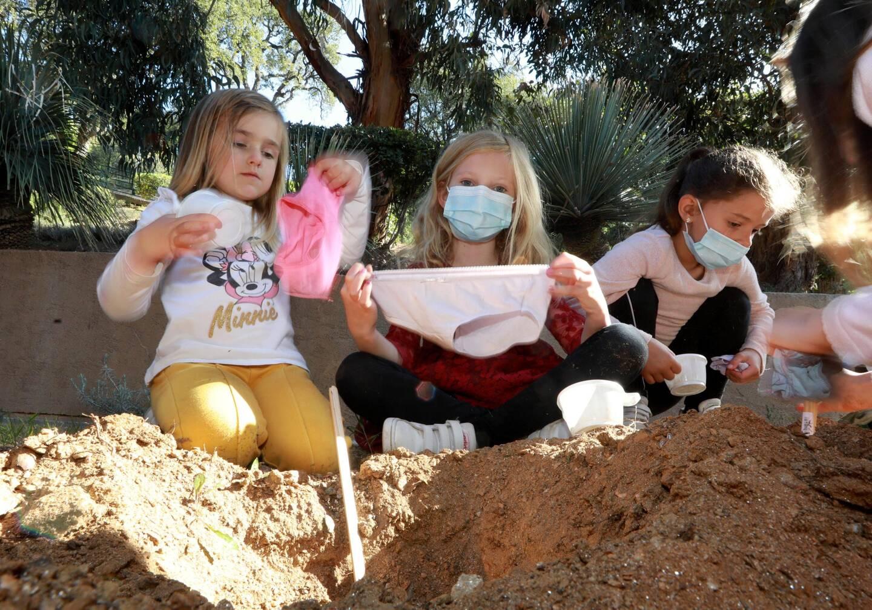 Les enfants ont enterré avec entrain leurs vieux sous-vêtements.