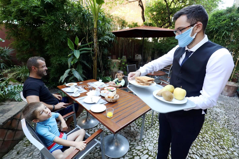 Comme l'an dernier, les terrasses des restaurants seraient les premières à accueillir de nouveau les clients selon l'agenda évoqué par Emmanuel Macron mercredi.